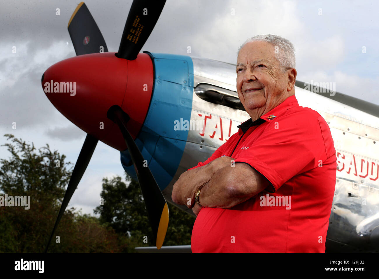 USAF WWII veteran George E Hardy, 91, is reunited with the USAF Mustang fighter plane that he flew during World - Stock Image