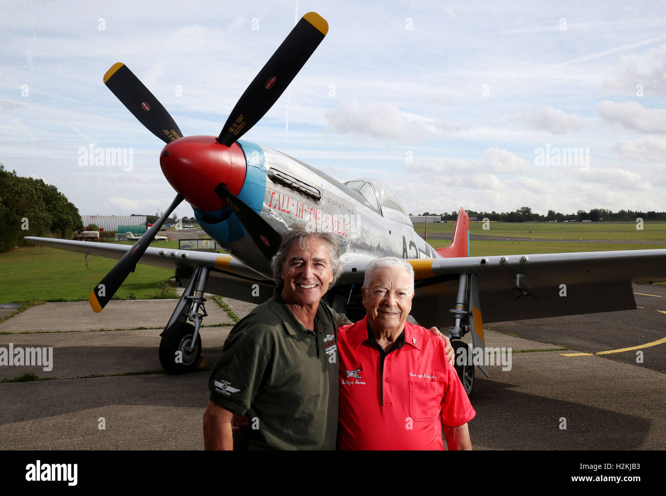 Peter Teichman owner of the Hanger 11 collection and USAF WWII veteran George E Hardy, 91, as he is reunited with - Stock Image