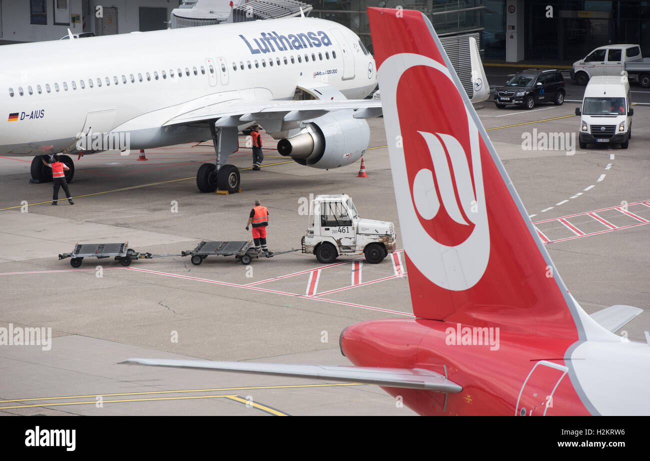 An airplane of Air Berlin and one of Lusthansa can be seen at the airport in Duesseldorf, Germany, 29 September - Stock Image