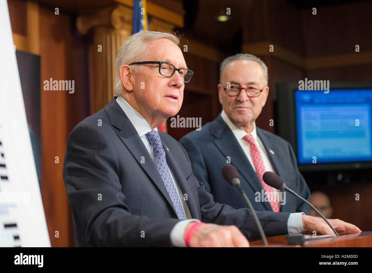 Washington DC, USA. 29th September, 2016. U.S. Democratic Senators Harry Reid and Chuck Schumer highlight the failures - Stock Image