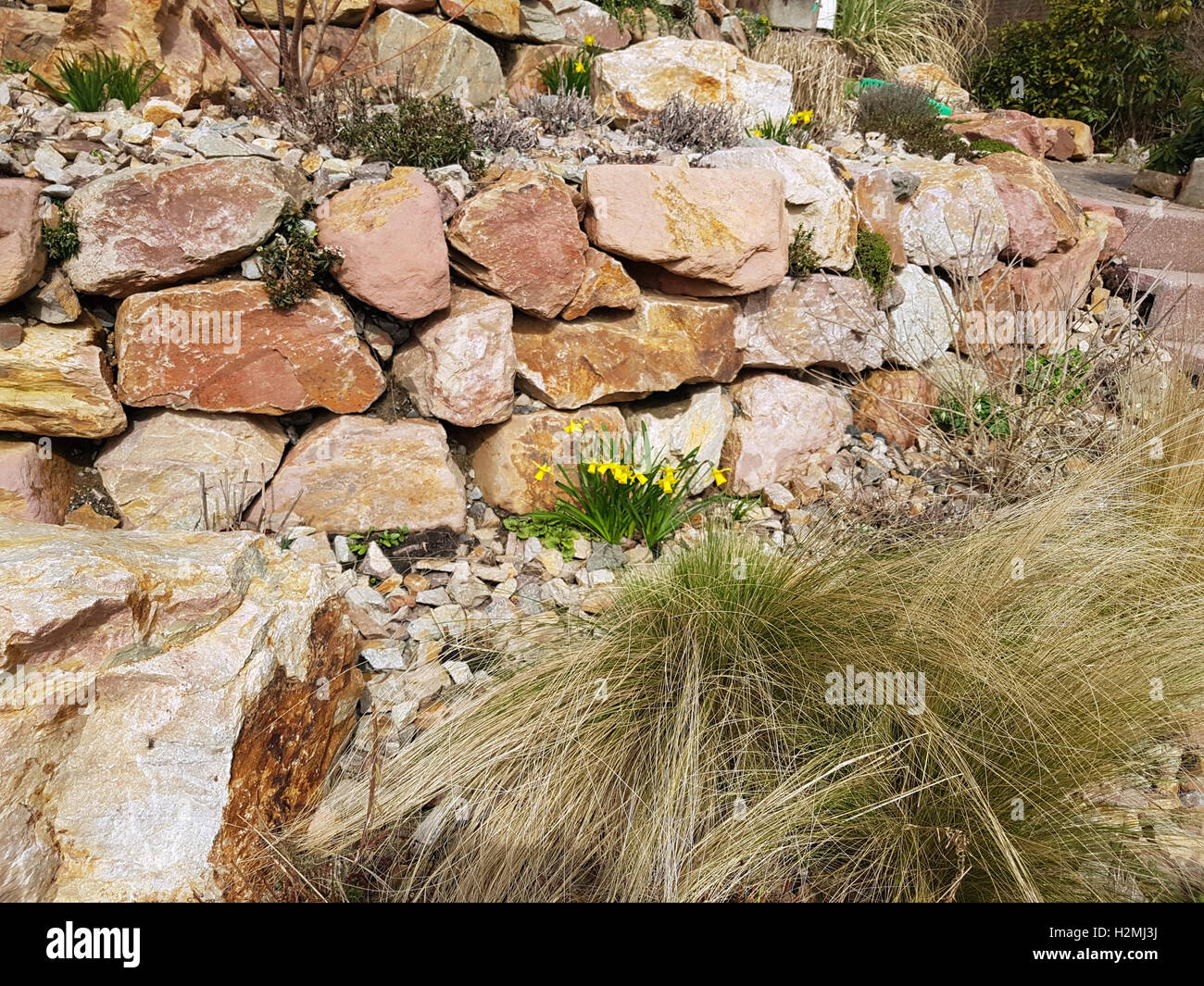 Trockenmauer; Natursteinmauer; Bruchstein; Steingarten   Stock Image