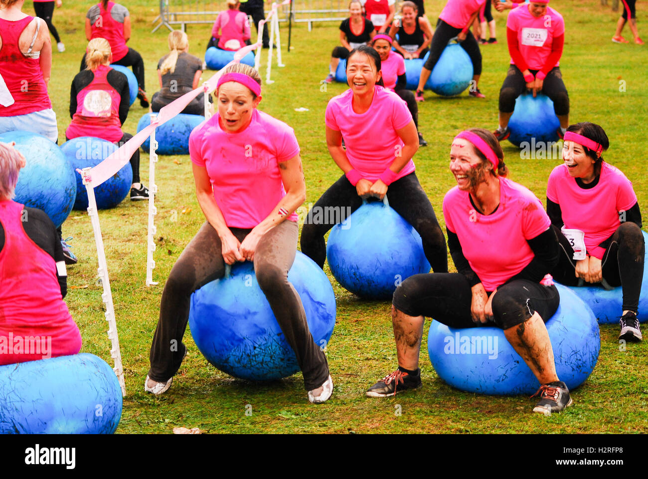 London, UK. 1st October, 2016. Pretty muddy Cancer research  5k charity run London Credit:  Philip Robins/Alamy - Stock Image