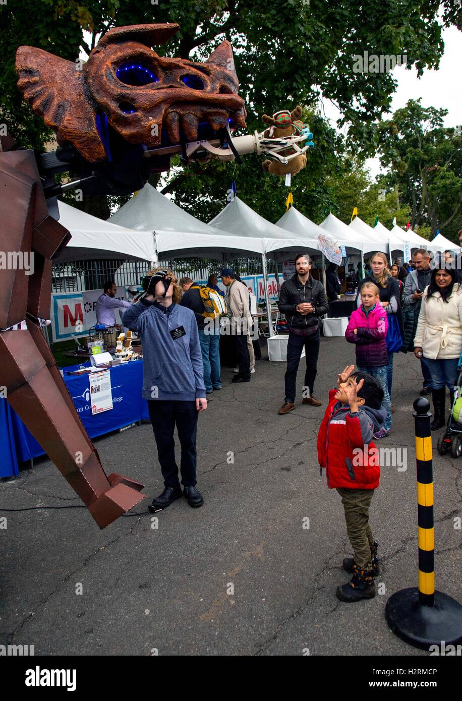 New york ny usa 01st oct 2016 fair attendees participate at the new york ny usa 01st oct 2016 fair attendees participate at the world maker faire a two day celebration of do it yourself innovations in science and solutioingenieria Images