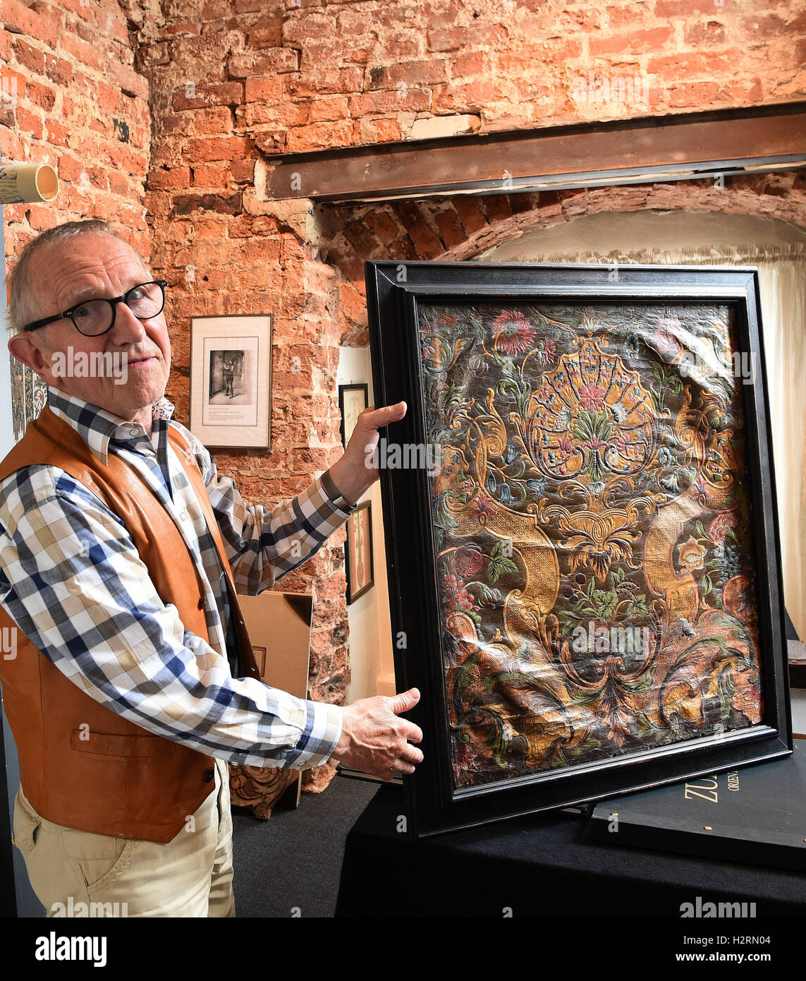Celle, Germany. 16th Sep, 2016. Hans-Heinrich Stumpf presents a gilded leather wallpaper from the 18th century in Stock Photo