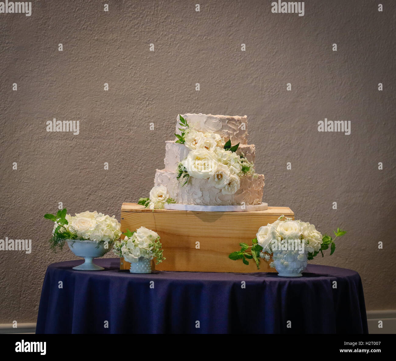 Simple white wedding cake - Stock Image