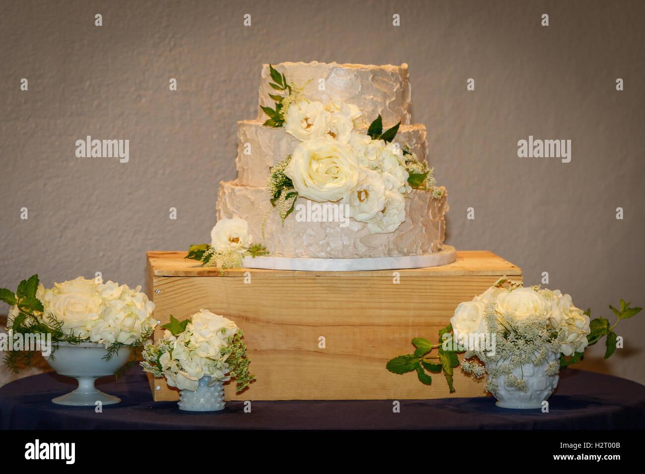 Simple White Wedding Cake Stock Photo 122228747 Alamy