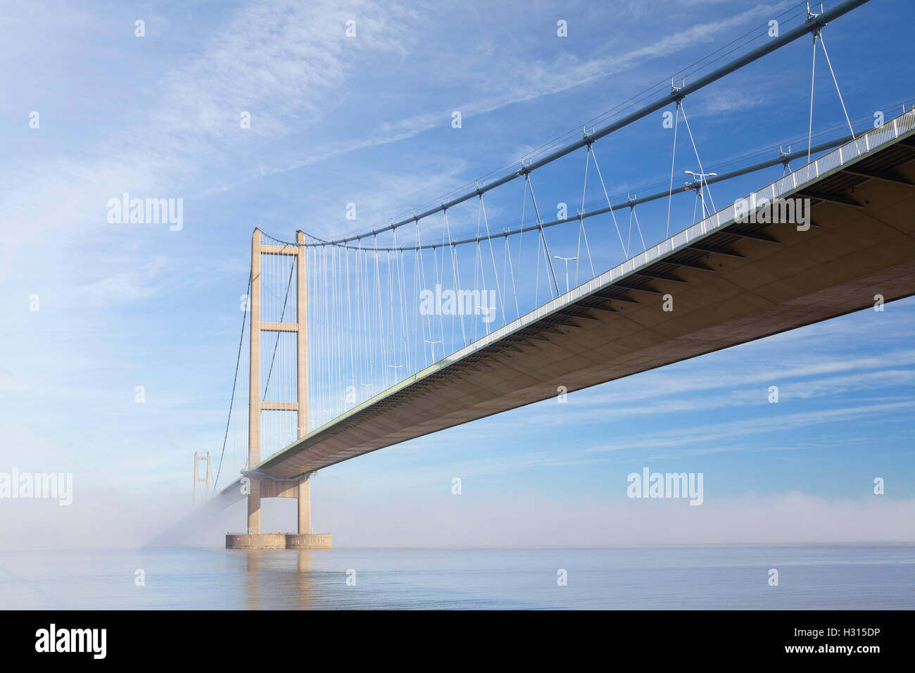 Barton-upon-Humber, North Lincolnshire, UK. 3rd October 2016. The Humber Bridge shrouded in morning mist after a - Stock Image