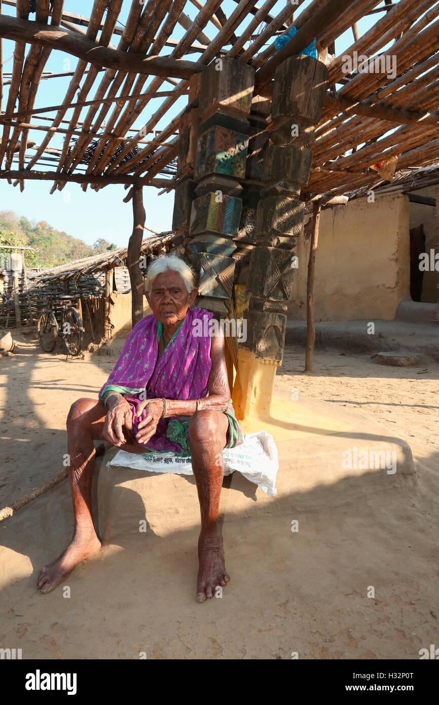 Old Women in leisure, KOYA TRIBE, Mendilekha village, Taluka Dhanora, Dist Gadchirolii, Maharashtra, India - Stock Image