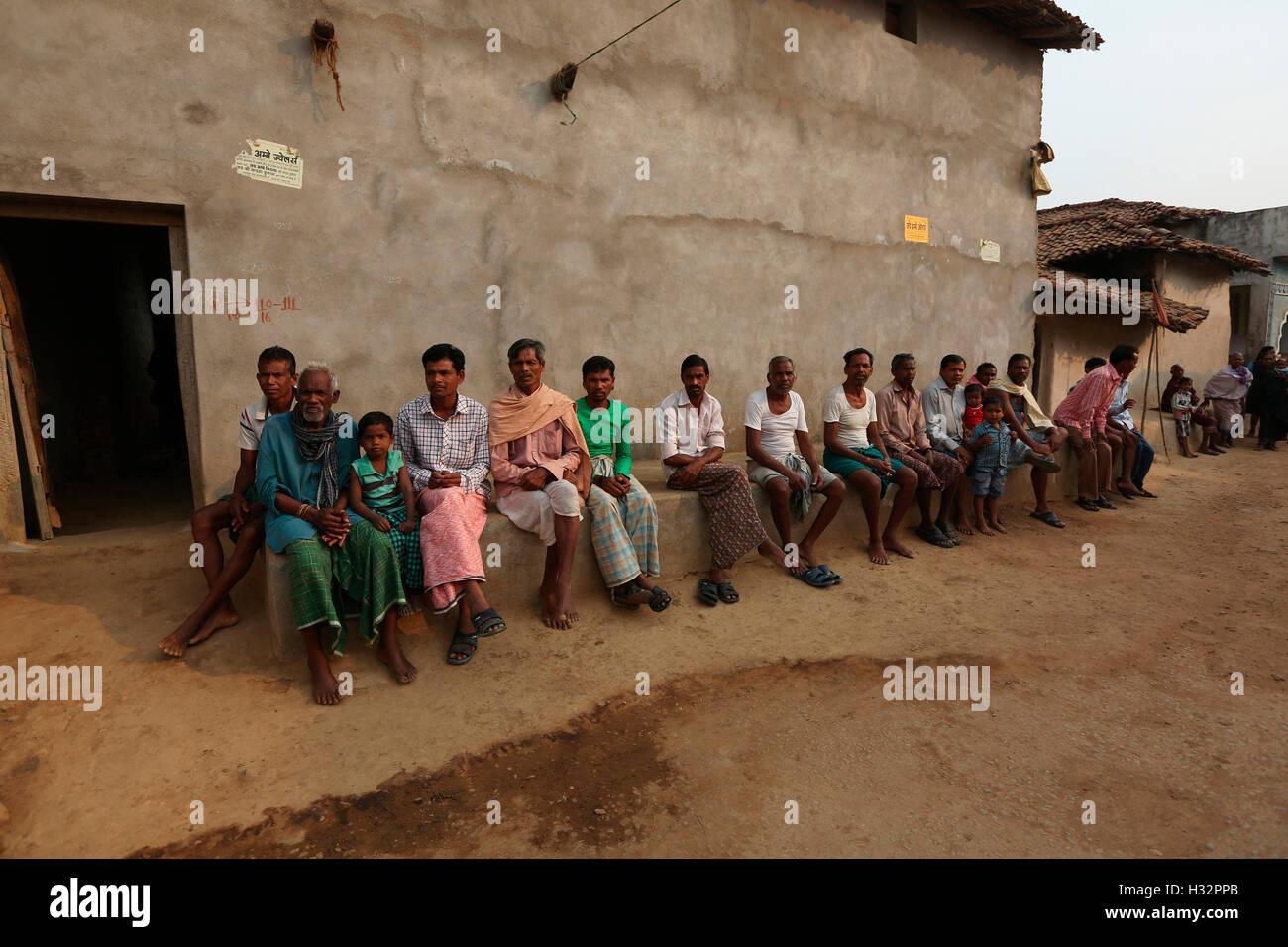 SAWAR TRIBE, People in leisure time, Khairmal Village, Saraipali Tahsil, Mahasamund District, Chattisgarh, India - Stock Image