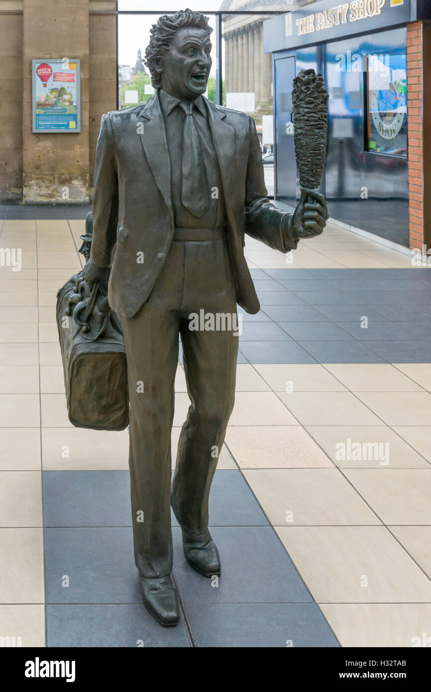Statue of Ken Dodd at Liverpool Lime Street station. Paired with one of Bessie Braddock as part of Chance Meeting - Stock Image