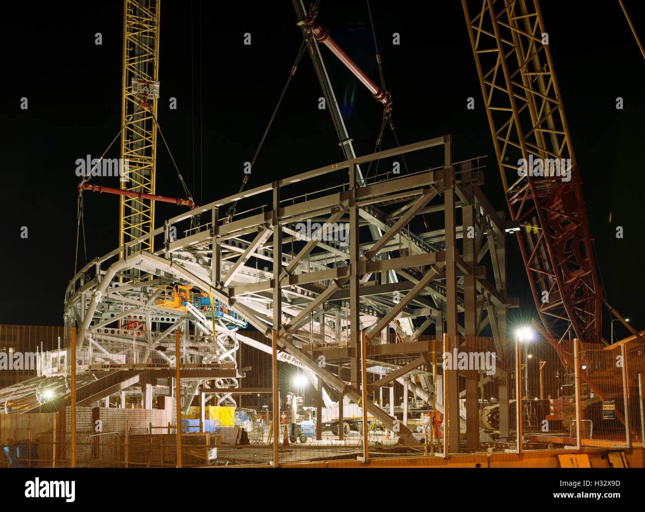 Steelwork arch installation,a major engineering operation,Dundee,UK. Connecting both arch sections together. - Stock Image
