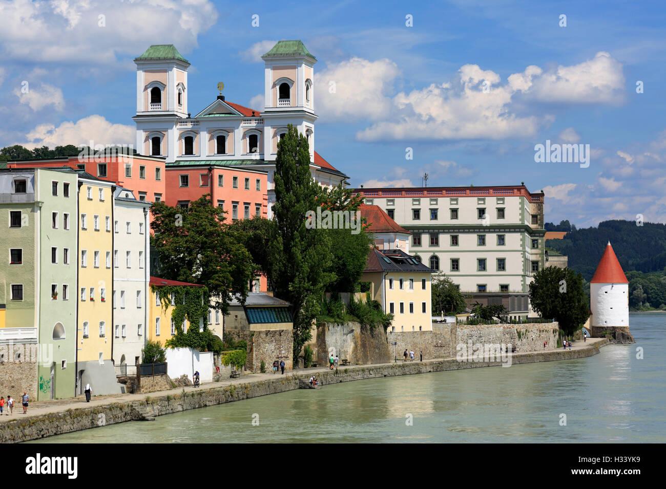 Jesuitenkirche mit Gymnasium Leopoldinum und Schaiblingsturm in Passau, Niederbayern, Bayern - Stock Image