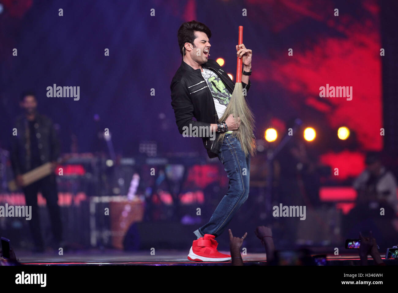 Host Manish Paul perform during the live concert and music launch of the movie Rock On 2, in Mumbai - Stock Image