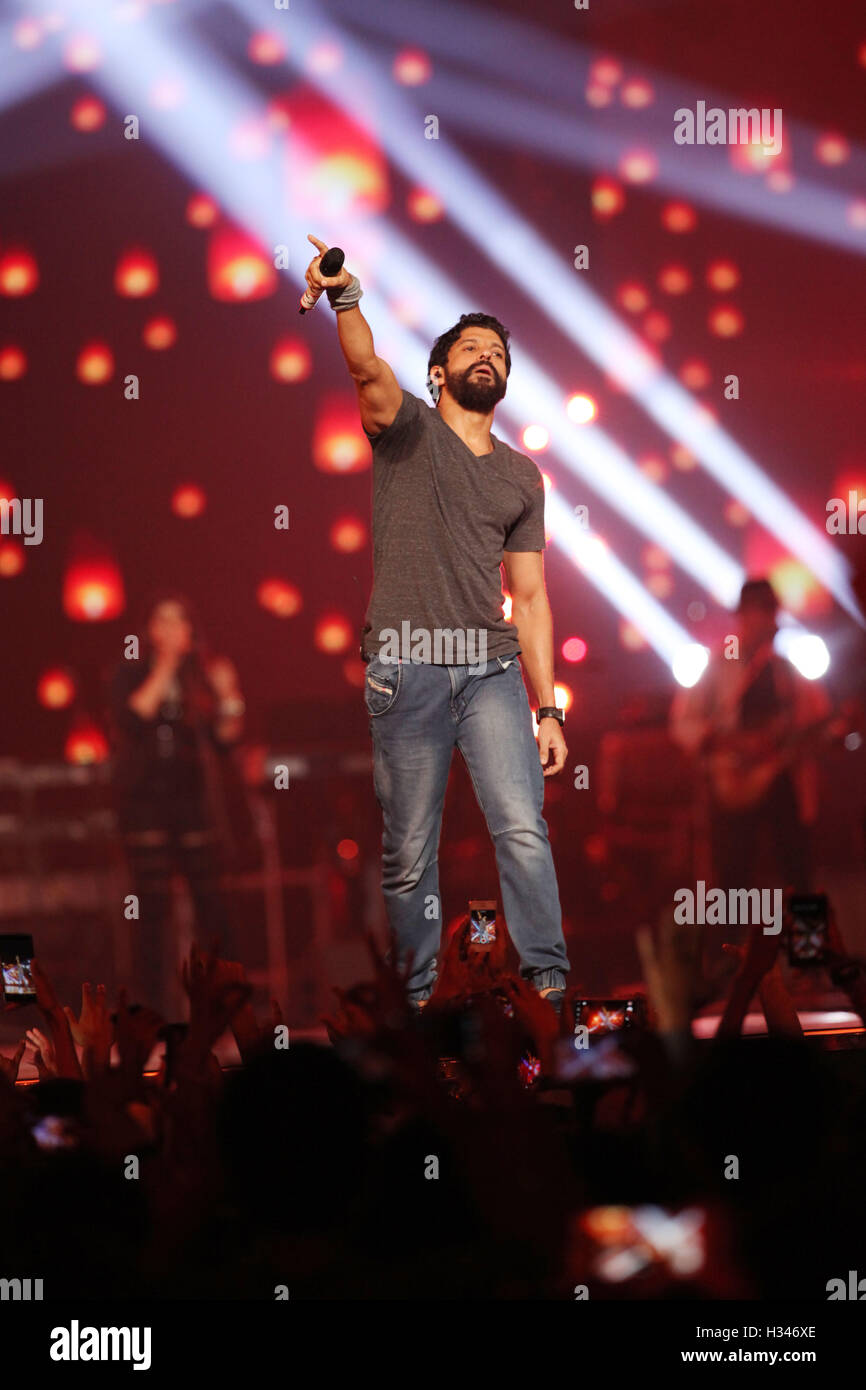 Bollywood actor Farhan Akhtar perform during the live concert and music launch of the movie Rock On 2, in Mumbai - Stock Image