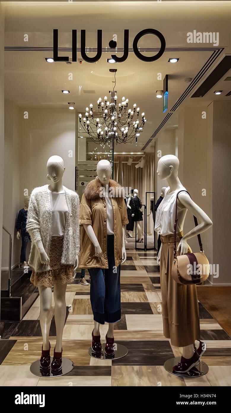 seleccione para mejor adecuado para hombres/mujeres venta profesional Liu Jo store Stock Photo: 122421016 - Alamy