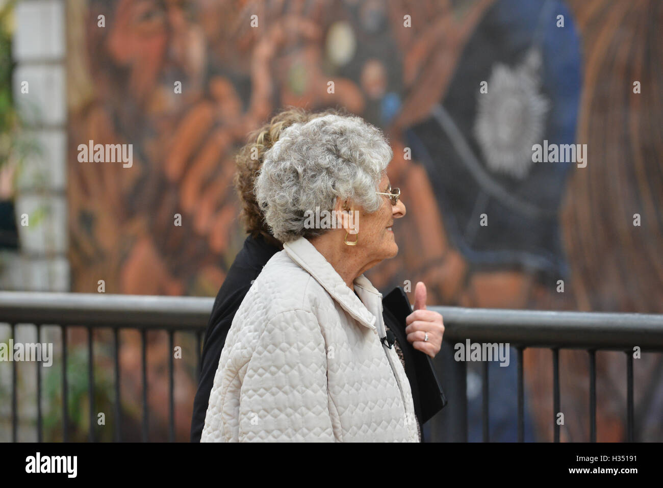 Cable Street, London, UK. 4th October 2016. Cable St 80th anniversary is commemorated. Beatty Orwell (99) who was - Stock Image