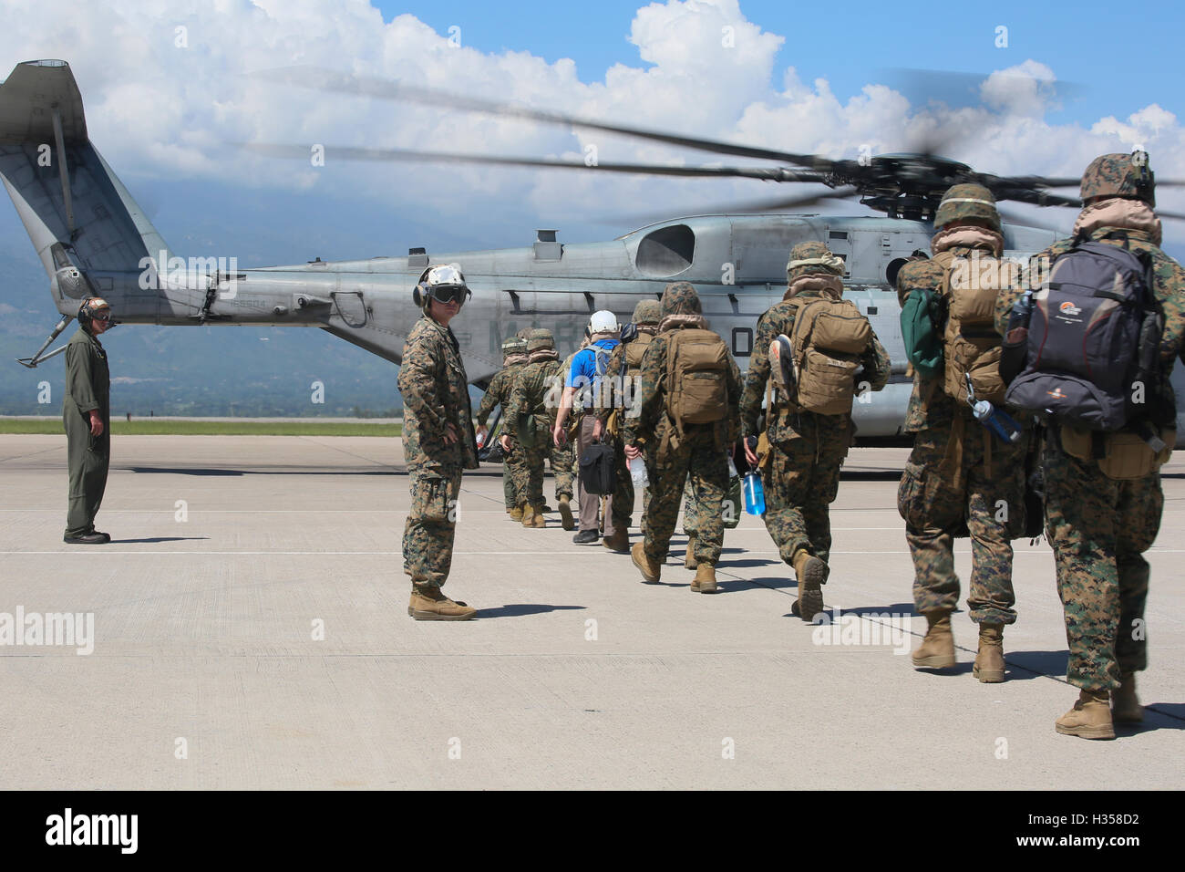 Soto Cano Air Base, Honduras. 4th October, 2016. U.S. Marines board a CH-53E Super Stallion helicopter to Grand Stock Photo