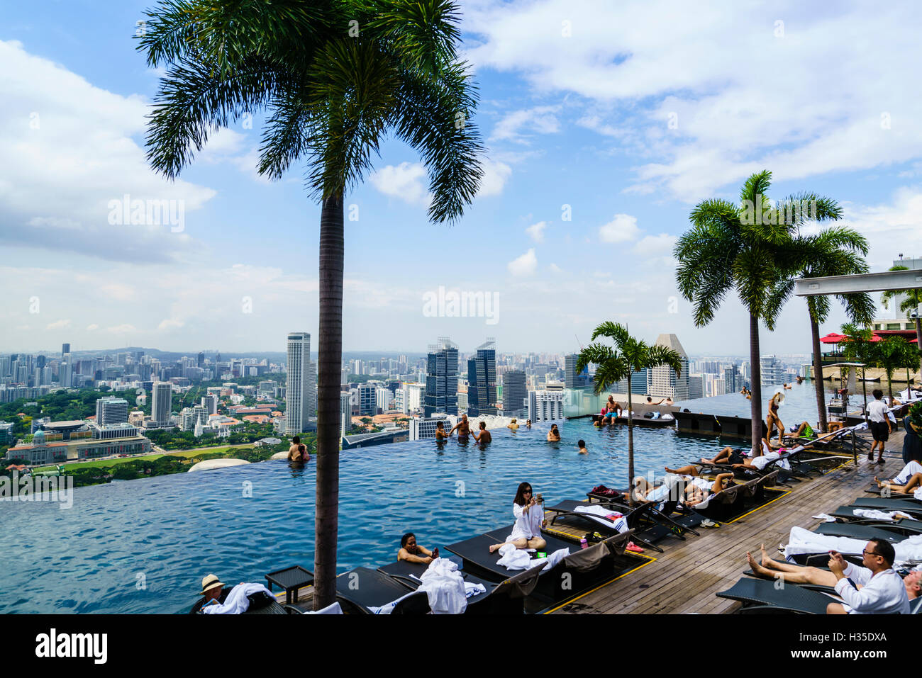 Infinity pool on the roof of the Marina Bay Sands Hotel with spectacular views over the Singapore skyline, Singapore - Stock Image