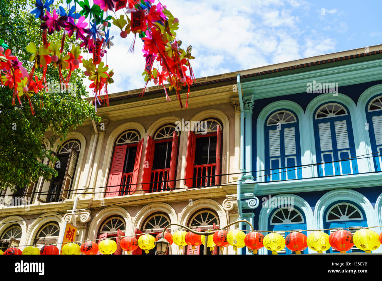 Restored and colourfully painted old shophouses in Chinatown, Singapore - Stock Image