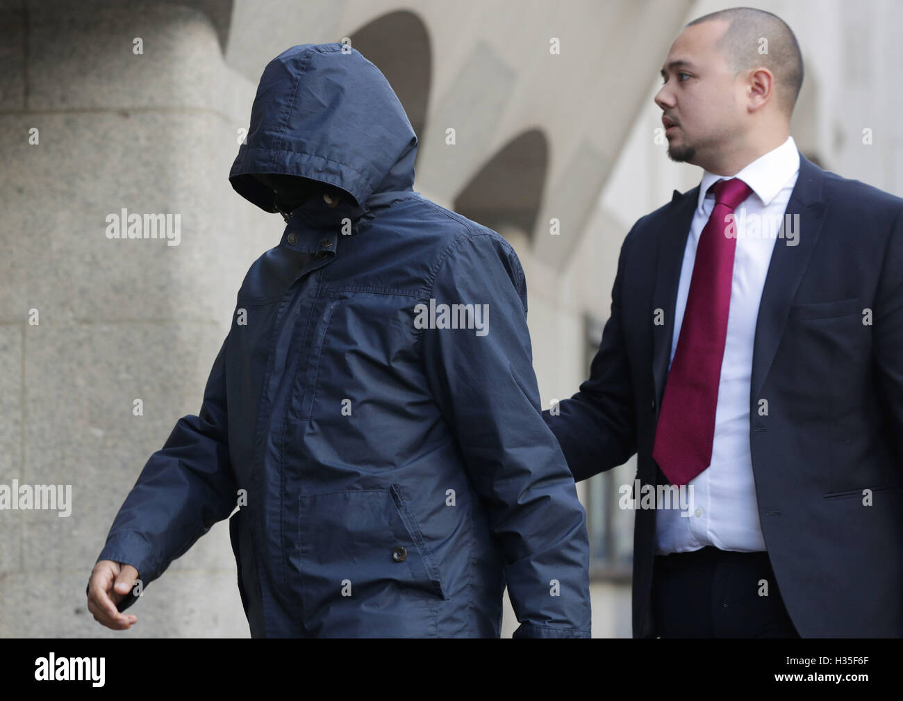 Undercover journalist Mazher Mahmood (left), who was known as the 'Fake Sheikh', arrives at the Old Bailey - Stock Image