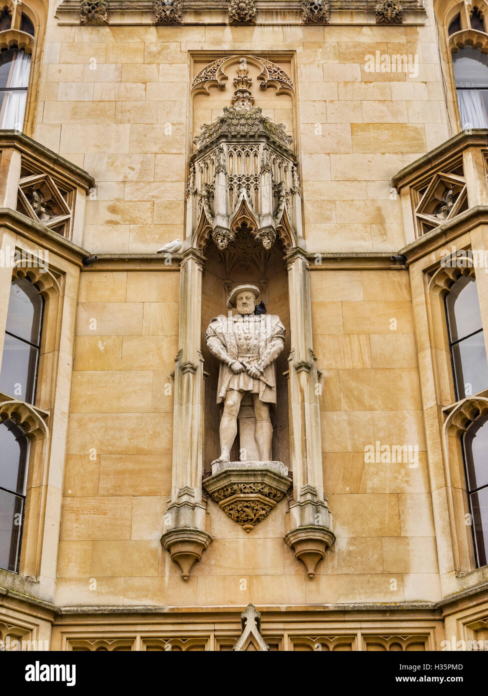Statue of Henry VIII on the facade of King's College, Cambridge, England, UK - Stock Image