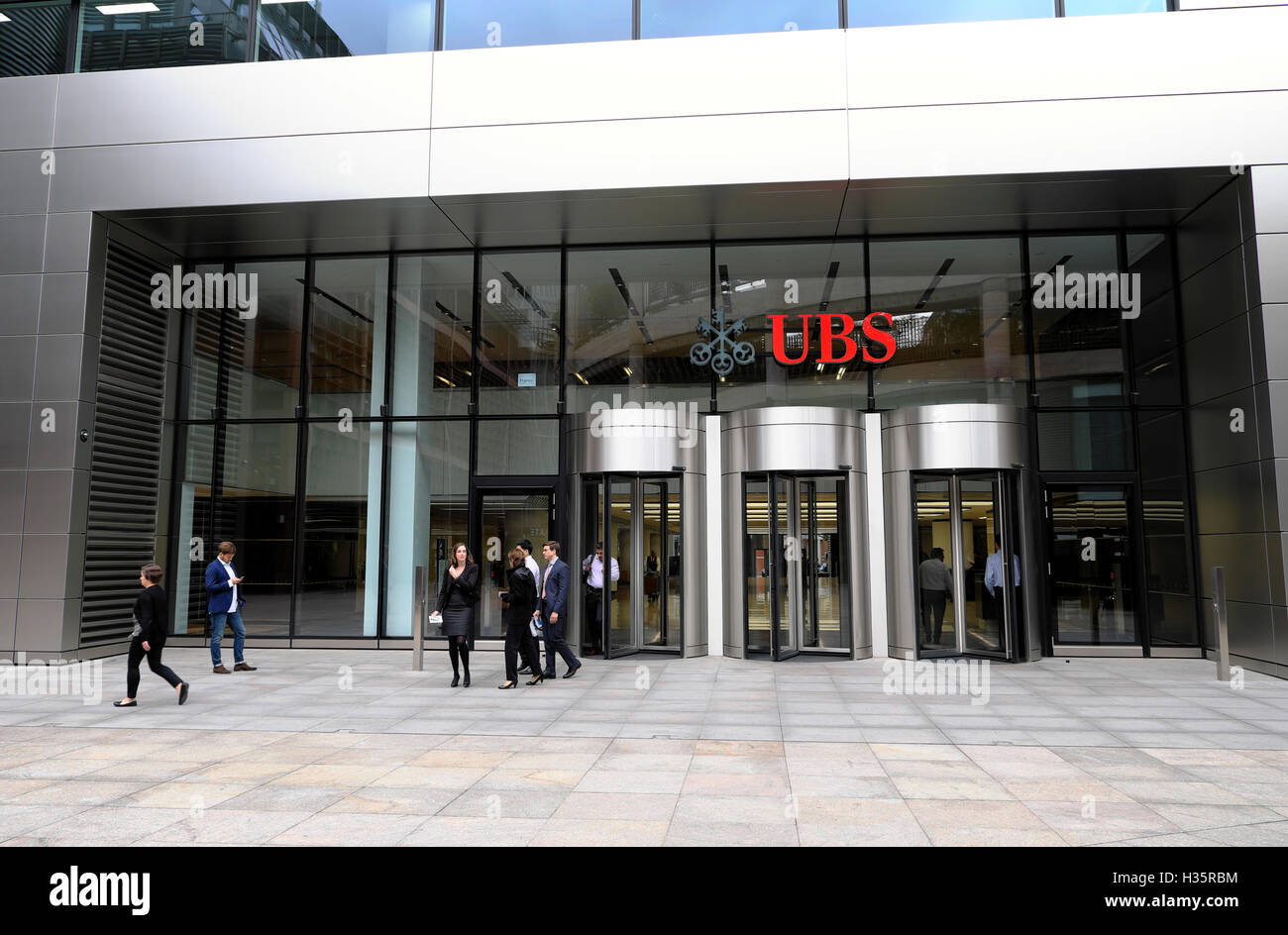Office workers at the entrance to 5 Broadgate UBS headquarters sign financial building designed by  'Make Architects' - Stock Image