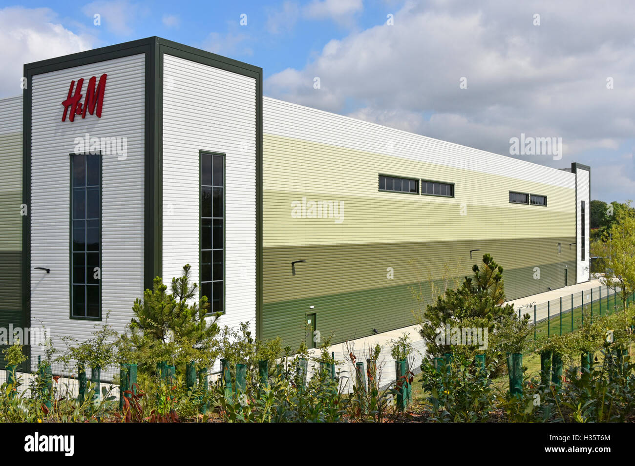 New H&M clothing business distribution warehouse on the Rugby Gateway development centrally located in middle - Stock Image
