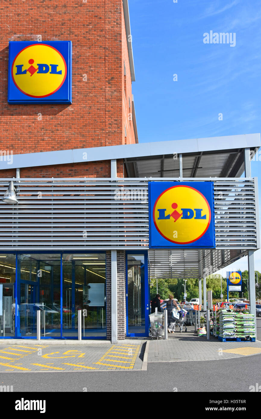 Exterior Lidl UK supermarket store on corner site with three logo panels Tamworth town in Staffordshire England - Stock Image