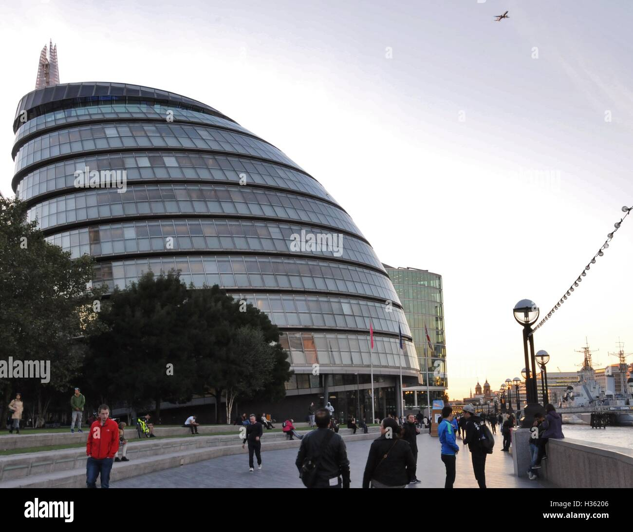 London's City Hall, from the Thames Path. - Stock Image