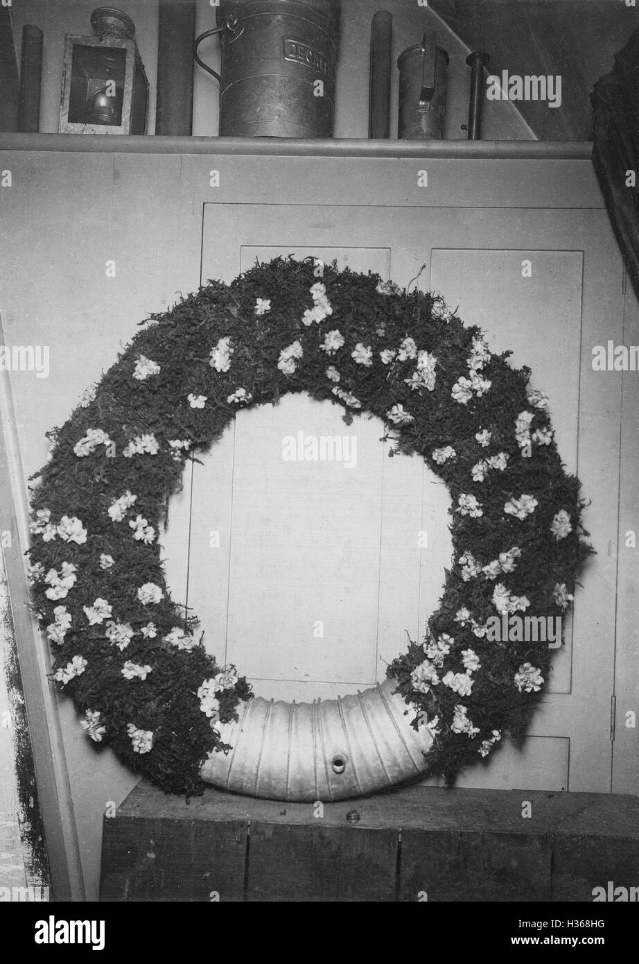 An alcohol container camouflaged as a wreath in Paris, 1911 - Stock Image