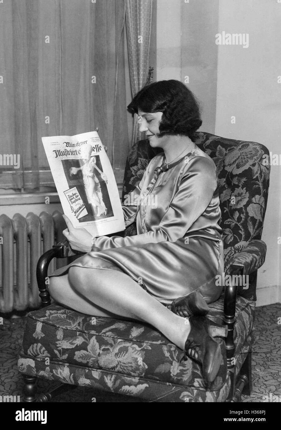 'Woman with an edition of the ''Muenchner Illustrierte Presse'', 1925' - Stock Image