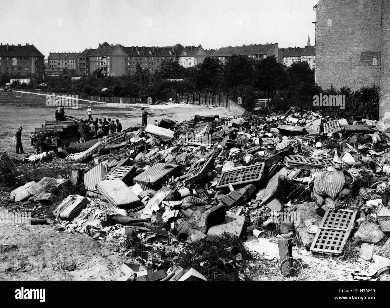 Garbage mountain after a cleanup in Berlin, 1934 - Stock Image