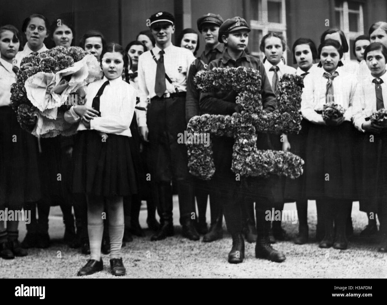 BDM and Hitler Youth-members as flower messengers for Hindenburg and Hitler, 1934 - Stock Image