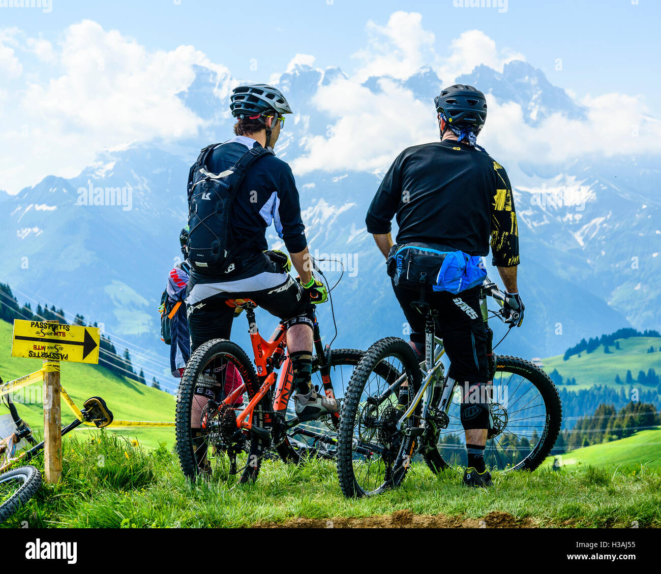 Riders participating in Pass'Portes du Soleil MTB 2016, with view of the Dents du Midi - Stock Image