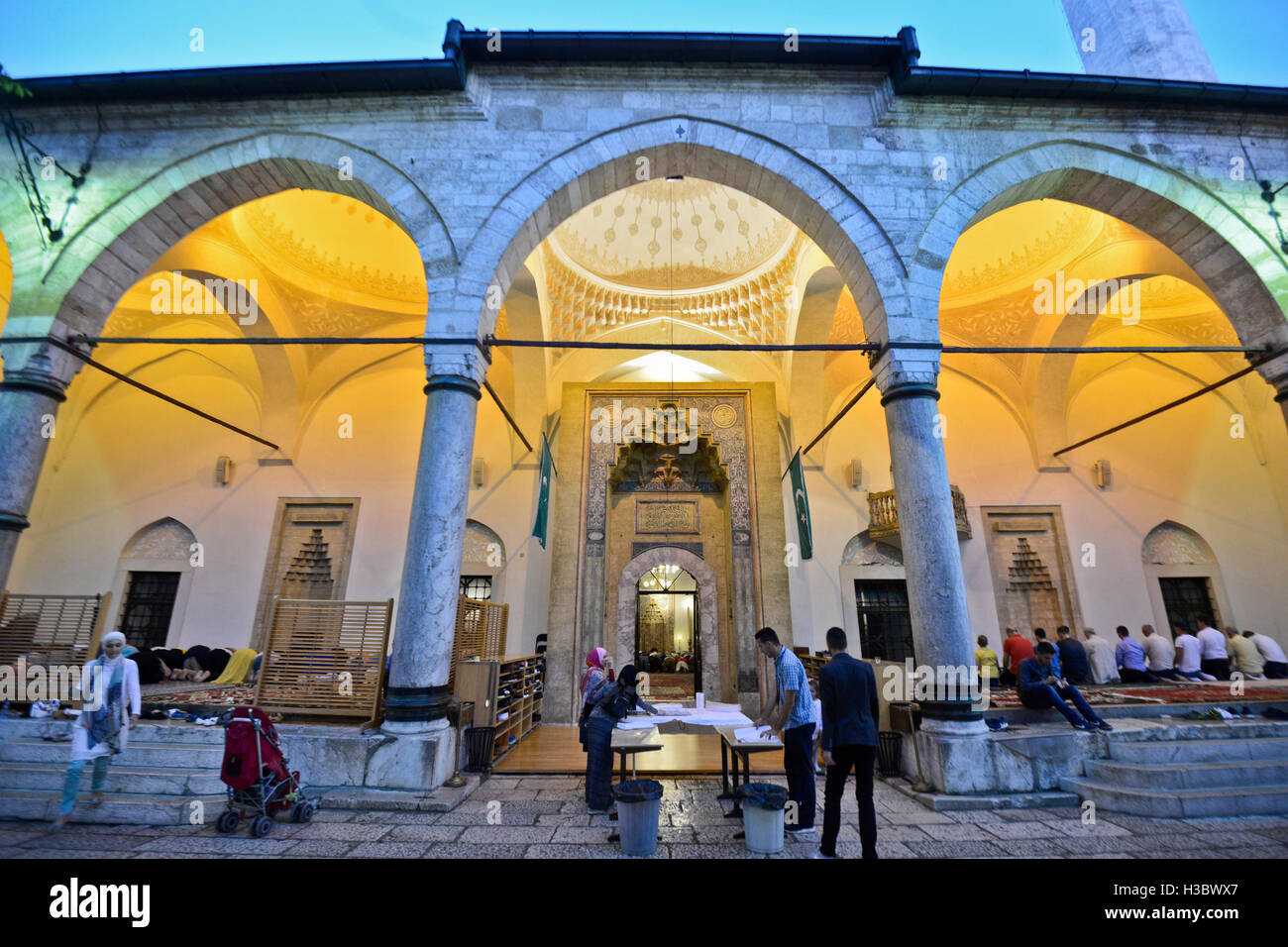 Muslim women (left) and men (right) praying separated in the Gazi Husrev-beg Mosque, Sarajevo, during Ramadan - Stock Image