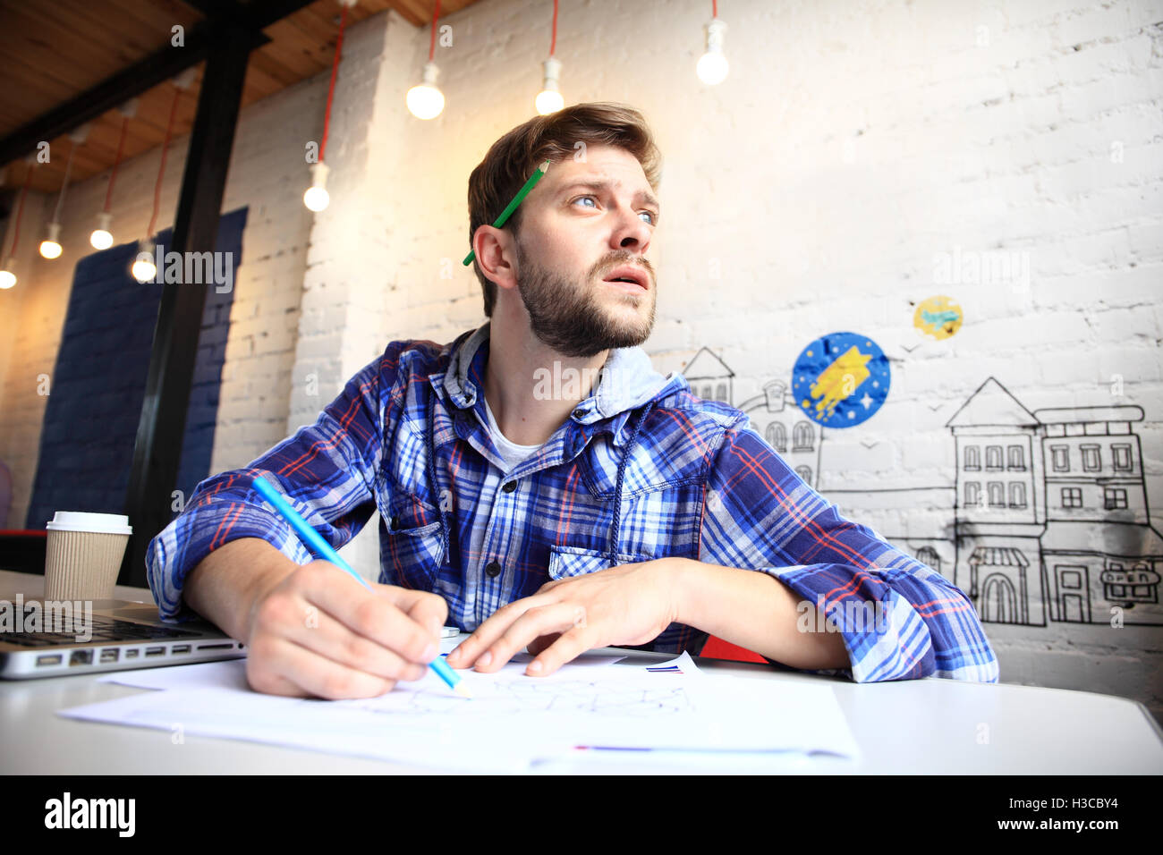 Photo young and talente finance manager working with new project. Handsome man working from his home office. Analyze Stock Photo
