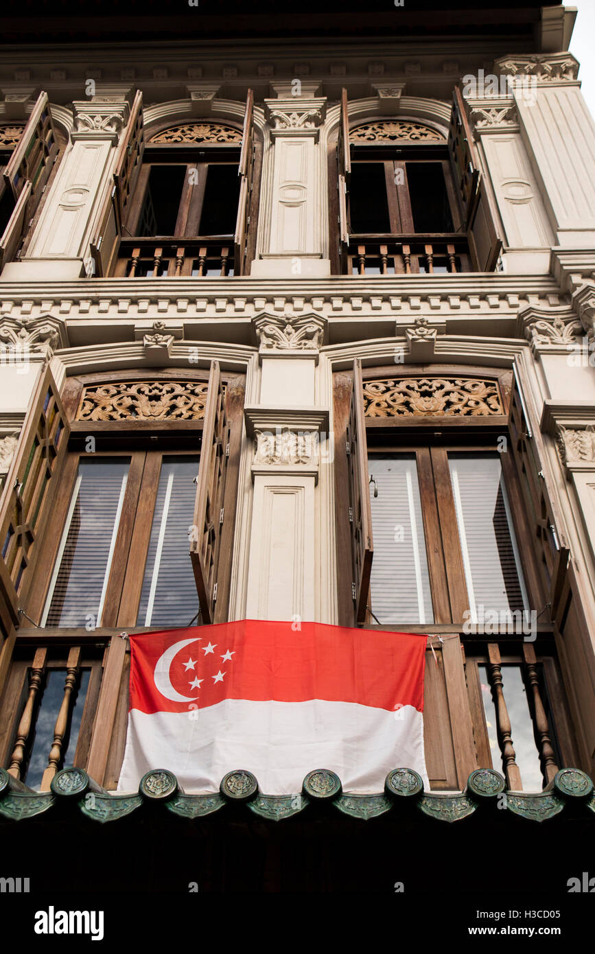 Singapore, Chinatown, Amoy Street, windows of traditional shophouse, with national flag - Stock Image
