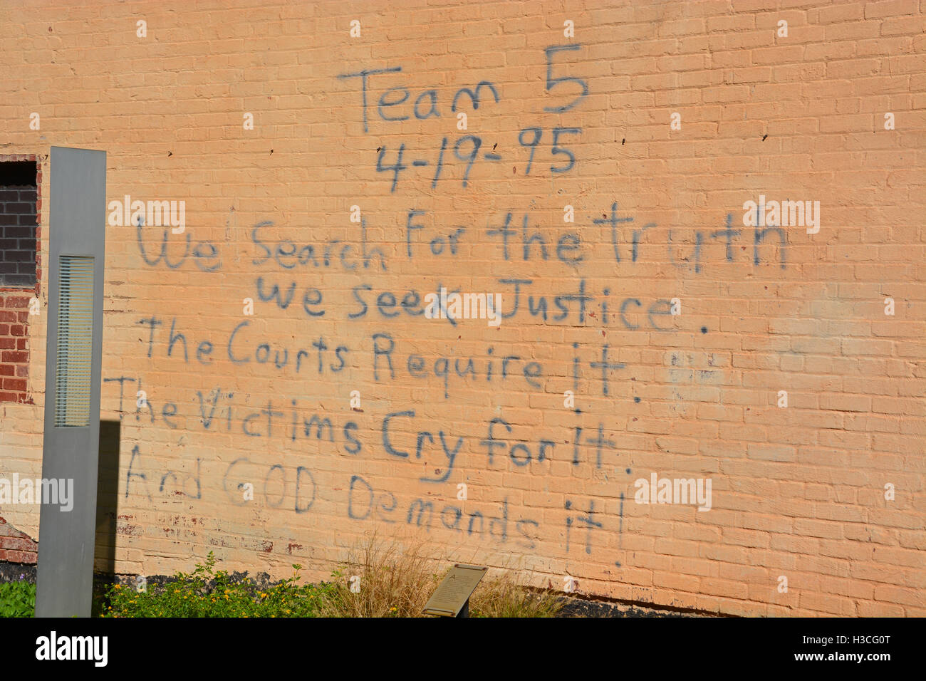 Message spray painted by rescuers on the wall of the Journal Record Building the day of the Oklahoma City bombing - Stock Image