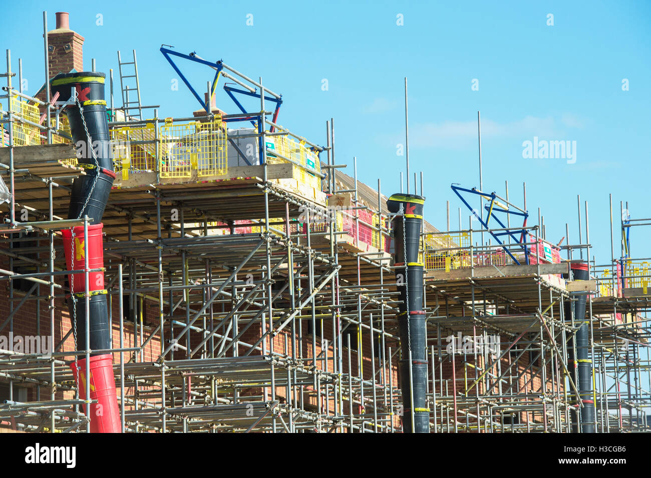 Scaffolding around new build houses in Banbury, Oxfordshire, England - Stock Image