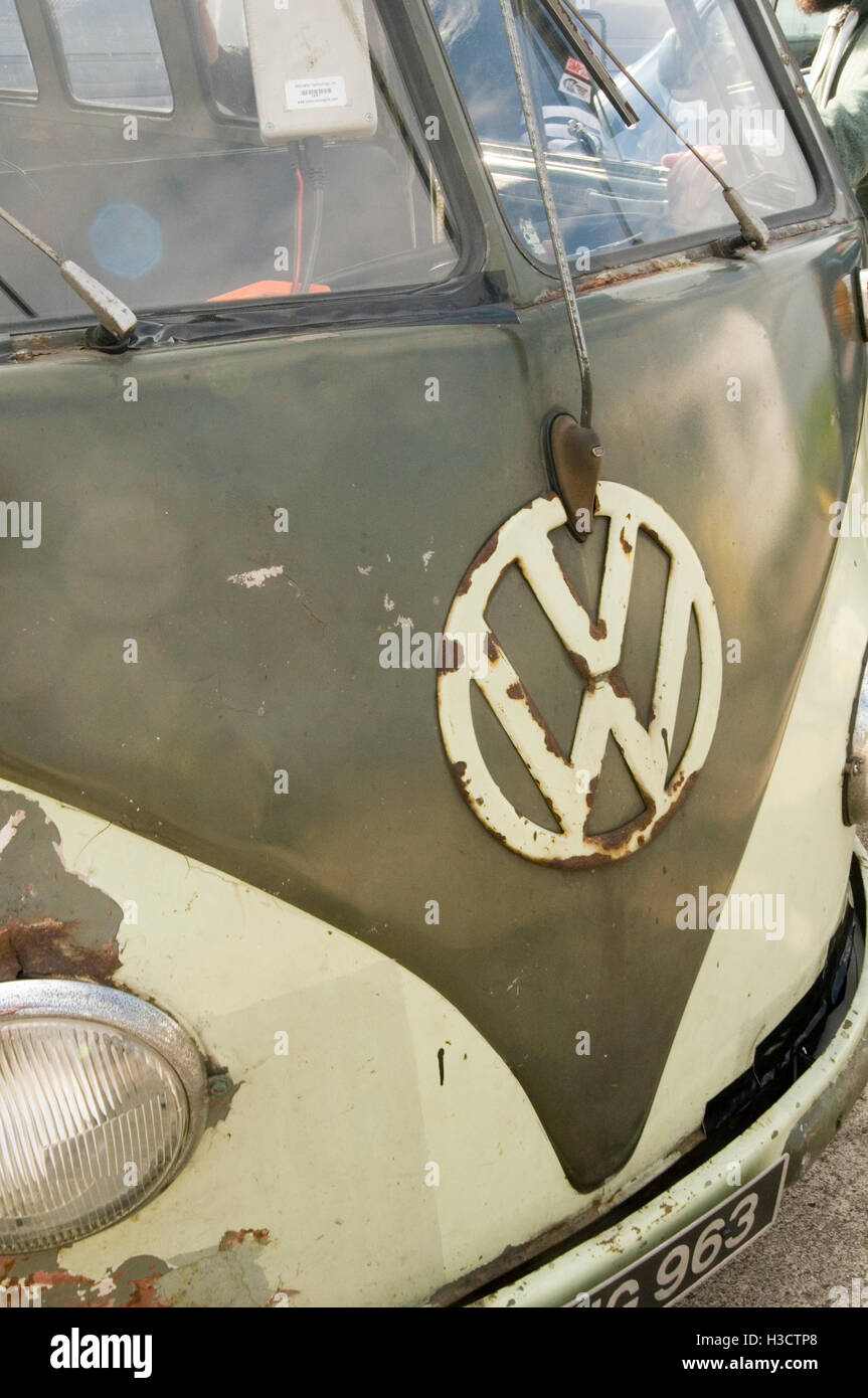 vw van splitwindow old campervan campervans vans camper patina patinated tatty rust rusty Volkswagen badge badges - Stock Image