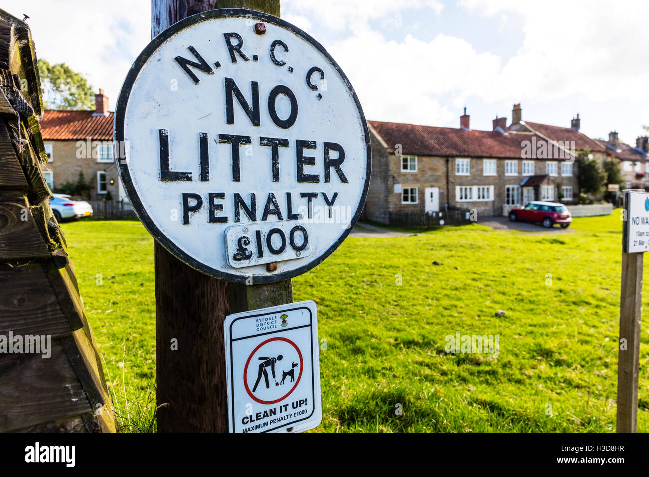 No litter sign penalty fine £100 fine for littering Yorkshire village sign signs GB UK England - Stock Image