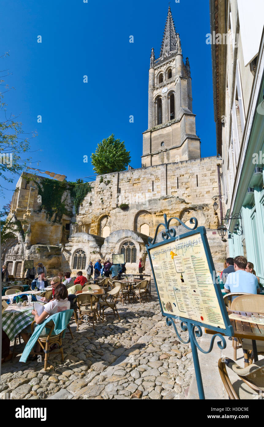 SAINT EMILION Restaurant in main cobbled square of St-Emilion on a warm sunny clear day with alfresco diners & menu Stock Photo