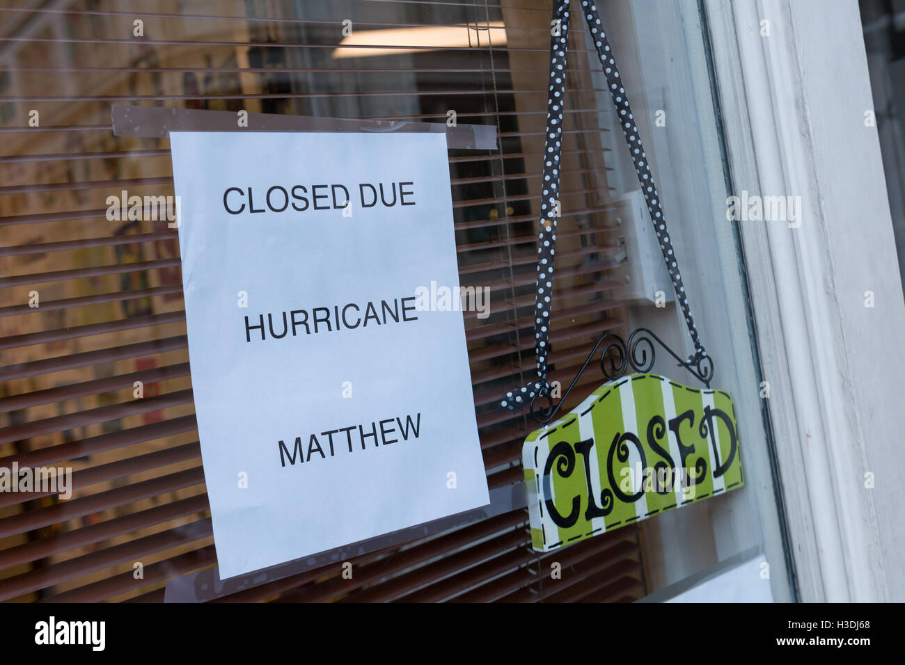 Charleston, South Carolina. 5th October, 2016. Closed sign on a shop along Broad Street in the historic district - Stock Image