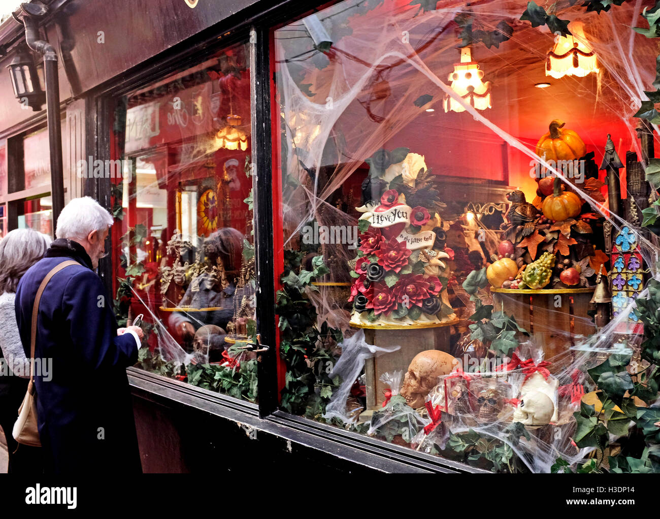 Brighton, UK. 6th October, 2016. Visitors admire the Halloween window display at the famous Choccywoccydoodah shop - Stock Image