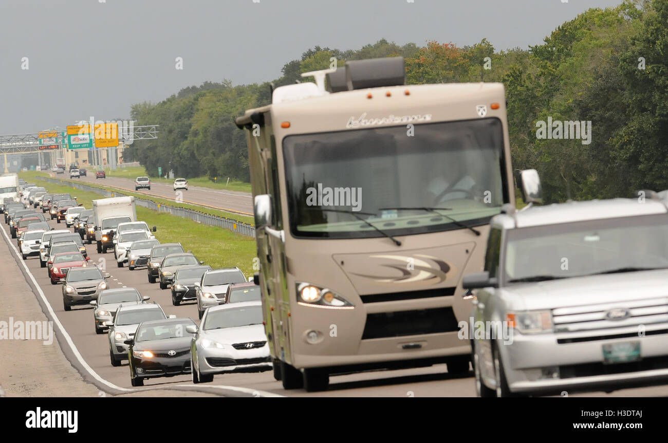 Orlando, Florida, USA. 6th October, 2016. A steady stream of cars is seen heading west on the Beachline Expressway Stock Photo