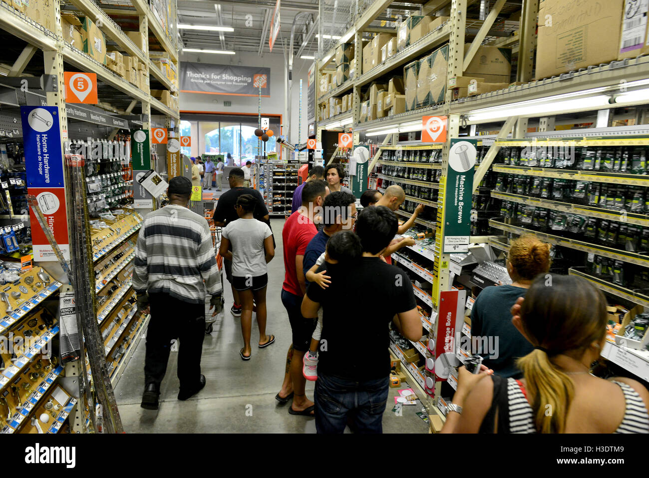 Miramar, FL, USA. 06th Oct, 2016. South Florida residents prepare for Hurricane Matthew at Home Depot on October Stock Photo