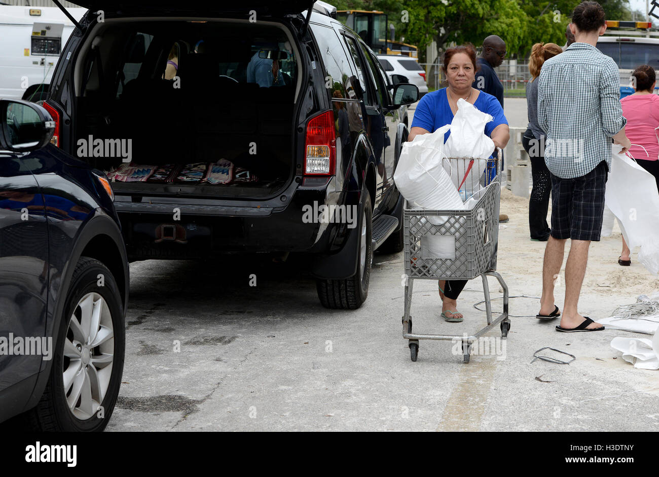 Deerfield Beach, FL, USA. 6th Oct, 2016. Patricia Castillo, of Deerfield Beach, uses an old shopping cart she found - Stock Image