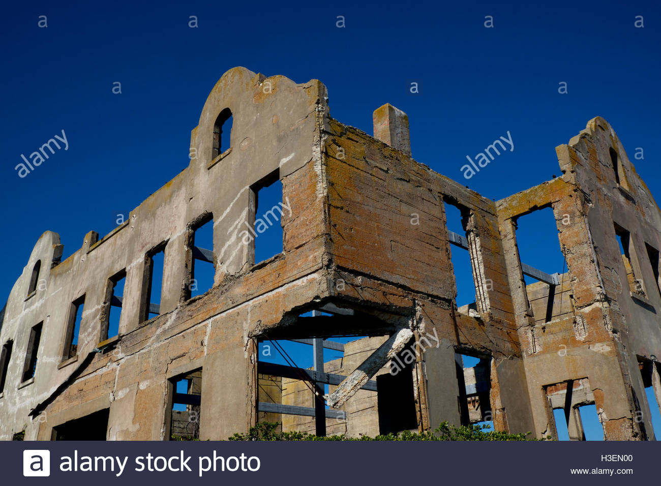 The crumbling remains of a staff building at Alcatraz Federal Penitentiary in San Francisco, California. - Stock Image