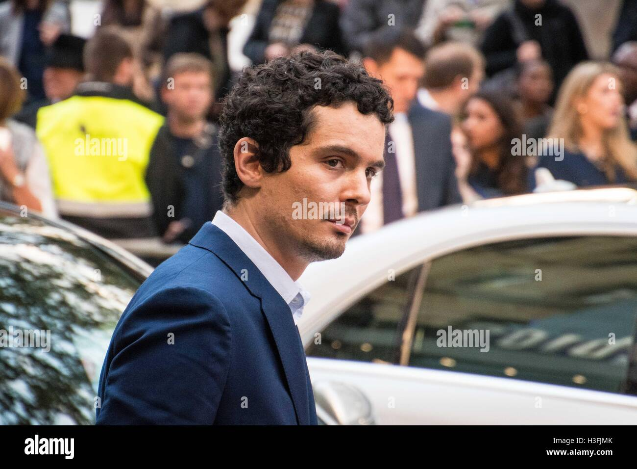 London, UK. 07th Oct, 2016. Director Damien Chazelle arrives to walk the red carpet of his film 'La La Land' - Stock Image