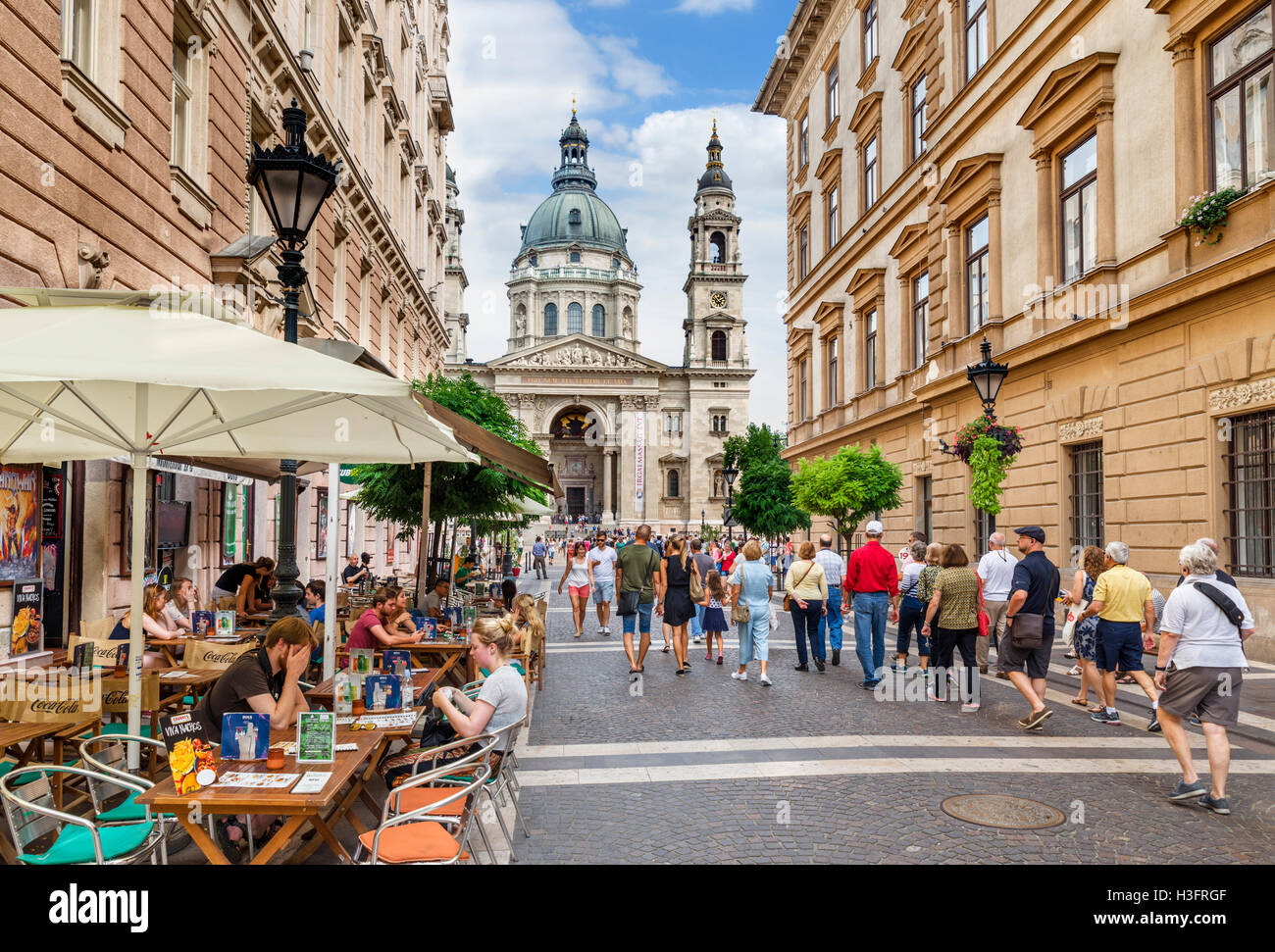 Cafe on Zrinyi Utca looking towards the Basilica of St Stephen, Lipótváros district, Budapest, Hungary - Stock Image
